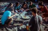 Zum Bild: Chile: Nach einer Runde Surfen schmeckt das Essen mit Freunden gleich noch viel besser.