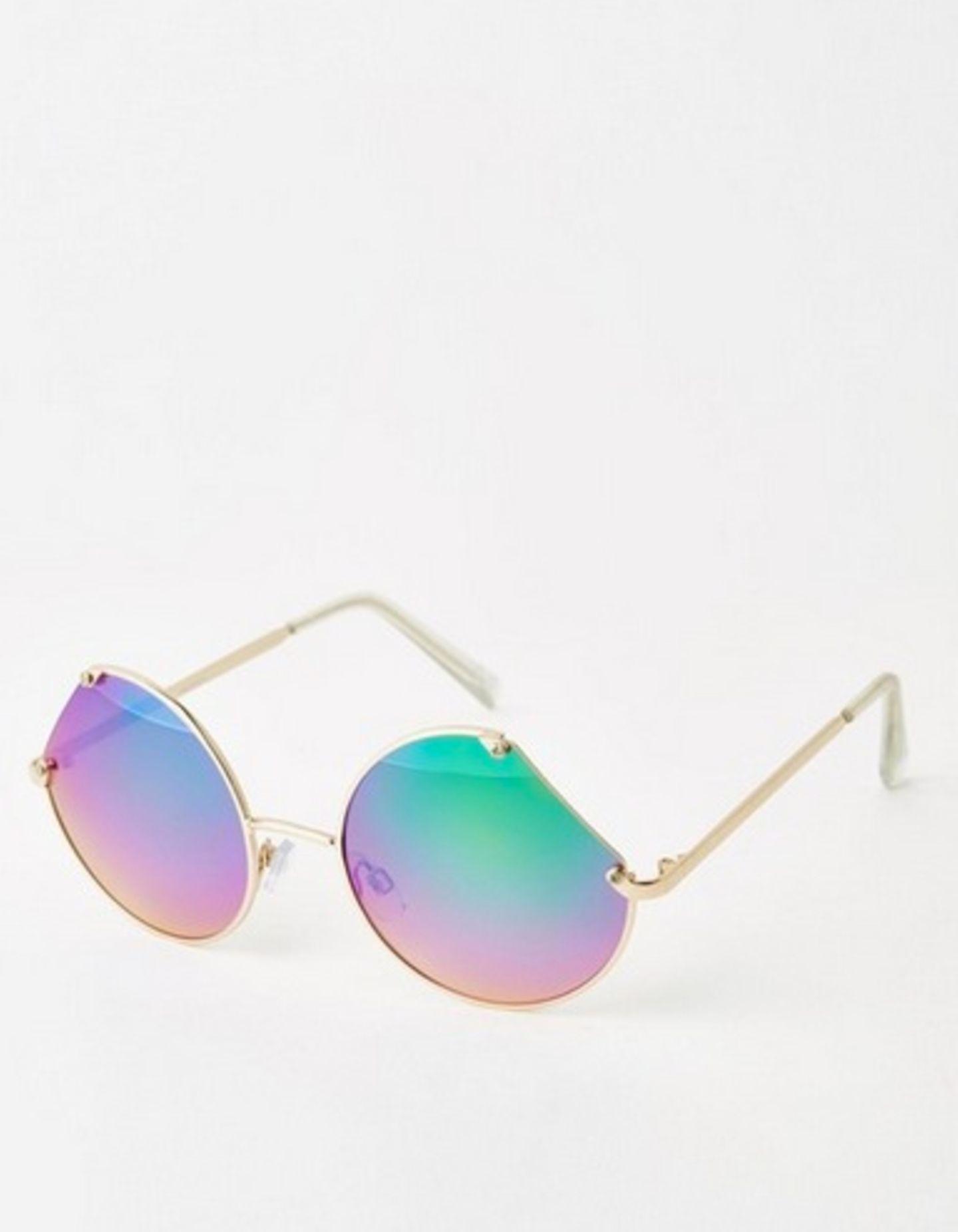 Sommer: Anzeige: Sonnenbrille mit bunt verspiegelten Gläsern und rundem Gestell, mit Aussparungen an den Seiten, über Asos, ca. 20 Euro.