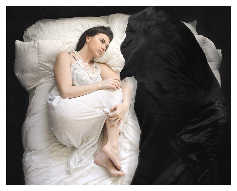 """Zum Bild: """"Ich hatte solche Angst vorm Schlafen. Ich hatte die schlimmste Panik in der Dunkelheit. Dabei war die Dunkelheit an sich nicht beängstigend. Es war der winzige Lichtstrahl, der einen Schatten entstehen ließ - einen entsetzlichen Schatten."""""""