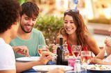 Gesunde Ernährung: Drei junge Menschen essen gemeinsam