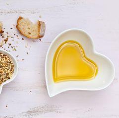 Gesunde Ernährung: Zwei Schalen in Herzform, gefüllt mit Öl und Brotkrumen