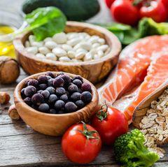 Gesunde Ernährung: Gemüse und Lachs auf hölzernen Untergrund