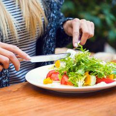 Gesunde Ernährung: Frau isst Salat