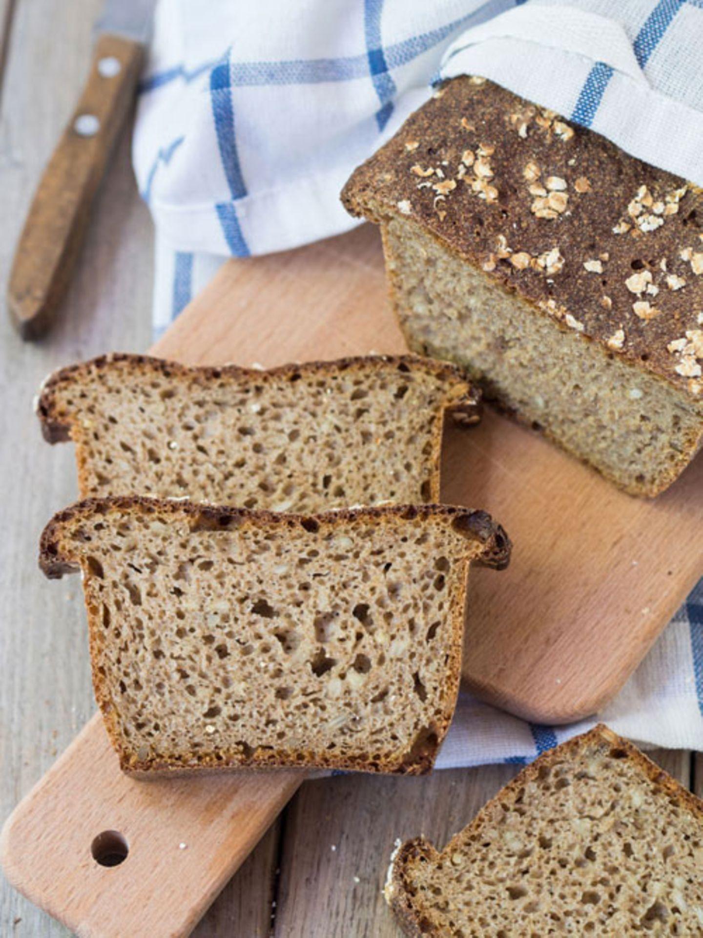 Mediterrane Diät: Zwei Scheiben Brot neben einem Brotlaib