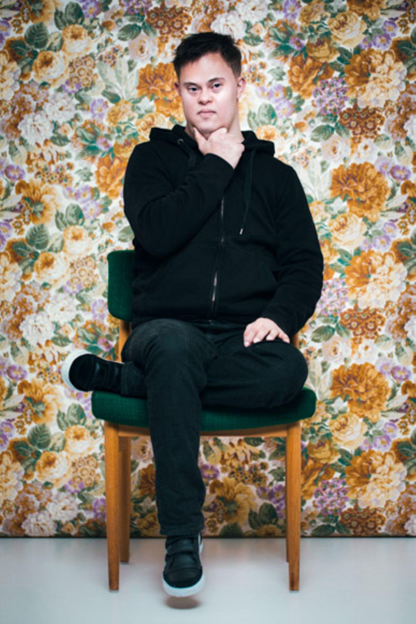 """Die isländische Fotografin Sigga Ella macht zurzeit mit ihrem Fotoprojekt """"First and foremost I am"""" auf sich aufmerksam. Es zeigt 21 Portraits von Menschen im Alter zwischen neun Monaten und 60 Jahren. Ihre Verbindung: Sie alle haben das Down-Syndrom. Doch welchen Bezug hat die Fotografin selbst zum Thema? """"Ich habe das Projekt gemacht, weil ich ein Radio-Interview zum Thema 'Wir können entscheiden, wer lebt und wer nicht' gehört habe"""", sagt Ella. Pränatale Diagnostik: Fluch oder Segen? Doch nicht nur die Frage nach Leben und Tod hat sie zu diesem Projekt inspiriert. Auch Ellas Tante Begga hat das Down-Syndrom. Das Syndrom, auch Trisomie 21 genannt, ist eine Genmutation, durch die das 21. Chromosom oder Teile davon dreifach vorhanden sind. Für die Fotografin ist es schwer vorstellbar, dass sich ihre Großeltern damals gegen das Leben ihrer Tante entschieden hätten, wenn sie die Möglichkeit gehabt hätten. Die pränatale Diagnostik bietet die Möglichkeit, Erbkrankheiten früh zu erkennen. Doch an die Untersuchungen sind unweigerlich ethische Fragen und persönliche Entscheidungen geknüpft. Unter anderem: Will ich ein Kind bekommen, das Trisomie 21 hat? Sigga Ella hat zu dieser Frage eine eigene Meinung: """"Ich bin nicht gegen pränatale Diagnostik. Aber ich denke, dass wir an einem Punkt angelangt sind, wo wir innehalten und uns fragen sollten, was als Nächstes kommt. Es ist notwendig, anhand dieser Frage die Diskussion zu beginnen und die Menschen mehr über das Down-Syndrom aufzuklären."""" Halldóra Jónsdóttir über ihr Leben mit dem Down-Syndrom: """"Mein Leben ist wertvoll und gut"""" Halldóra Jónsdóttir befürwortet Ellas Standpunkt. Die 24-Jährige lebt ebenfalls mit dem Down-Syndrom und ist indirekt für den Titel von Sigga Ellas Fotoprojekt verantwortlich. In einem Artikel stellte sie klar: """"Ich habe Down-Syndrom, aber VOR ALLEM bin ich Halldóra. Ich mache Millionen Dinge, die andere Menschen auch machen. Mein Leben ist wertvoll und gut, weil ich mich für das Positive und die gute"""