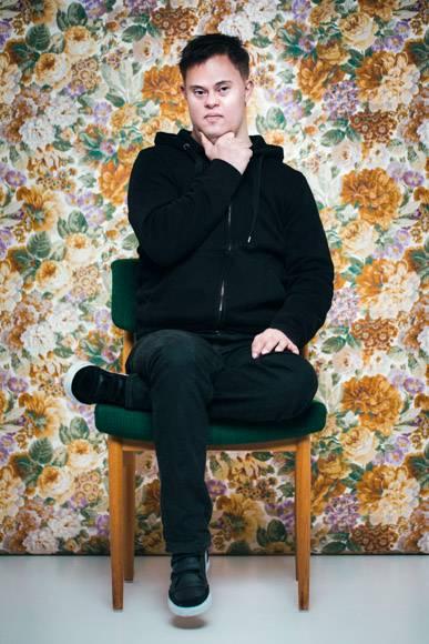 """Down-Syndrom: Die isländische Fotografin Sigga Ella macht zurzeit mit ihrem Fotoprojekt """"First and foremost I am"""" auf sich aufmerksam. Es zeigt 21 Portraits von Menschen im Alter zwischen neun Monaten und 60 Jahren. Ihre Verbindung: Sie alle haben das Down-Syndrom. Doch welchen Bezug hat die Fotografin selbst zum Thema? """"Ich habe das Projekt gemacht, weil ich ein Radio-Interview zum Thema 'Wir können entscheiden, wer lebt und wer nicht' gehört habe"""", sagt Ella. Pränatale Diagnostik: Fluch oder Segen? Doch nicht nur die Frage nach Leben und Tod hat sie zu diesem Projekt inspiriert. Auch Ellas Tante Begga hat das Down-Syndrom. Das Syndrom, auch Trisomie 21 genannt, ist eine Genmutation, durch die das 21. Chromosom oder Teile davon dreifach vorhanden sind. Für die Fotografin ist es schwer vorstellbar, dass sich ihre Großeltern damals gegen das Leben ihrer Tante entschieden hätten, wenn sie die Möglichkeit gehabt hätten. Die pränatale Diagnostik bietet die Möglichkeit, Erbkrankheiten früh zu erkennen. Doch an die Untersuchungen sind unweigerlich ethische Fragen und persönliche Entscheidungen geknüpft. Unter anderem: Will ich ein Kind bekommen, das Trisomie 21 hat? Sigga Ella hat zu dieser Frage eine eigene Meinung: """"Ich bin nicht gegen pränatale Diagnostik. Aber ich denke, dass wir an einem Punkt angelangt sind, wo wir innehalten und uns fragen sollten, was als Nächstes kommt. Es ist notwendig, anhand dieser Frage die Diskussion zu beginnen und die Menschen mehr über das Down-Syndrom aufzuklären."""" Halldóra Jónsdóttir über ihr Leben mit dem Down-Syndrom: """"Mein Leben ist wertvoll und gut"""" Halldóra Jónsdóttir befürwortet Ellas Standpunkt. Die 24-Jährige lebt ebenfalls mit dem Down-Syndrom und ist indirekt für den Titel von Sigga Ellas Fotoprojekt verantwortlich. In einem Artikel stellte sie klar: """"Ich habe Down-Syndrom, aber VOR ALLEM bin ich Halldóra. Ich mache Millionen Dinge, die andere Menschen auch machen. Mein Leben ist wertvoll und gut, weil ich mich für das Positiv"""