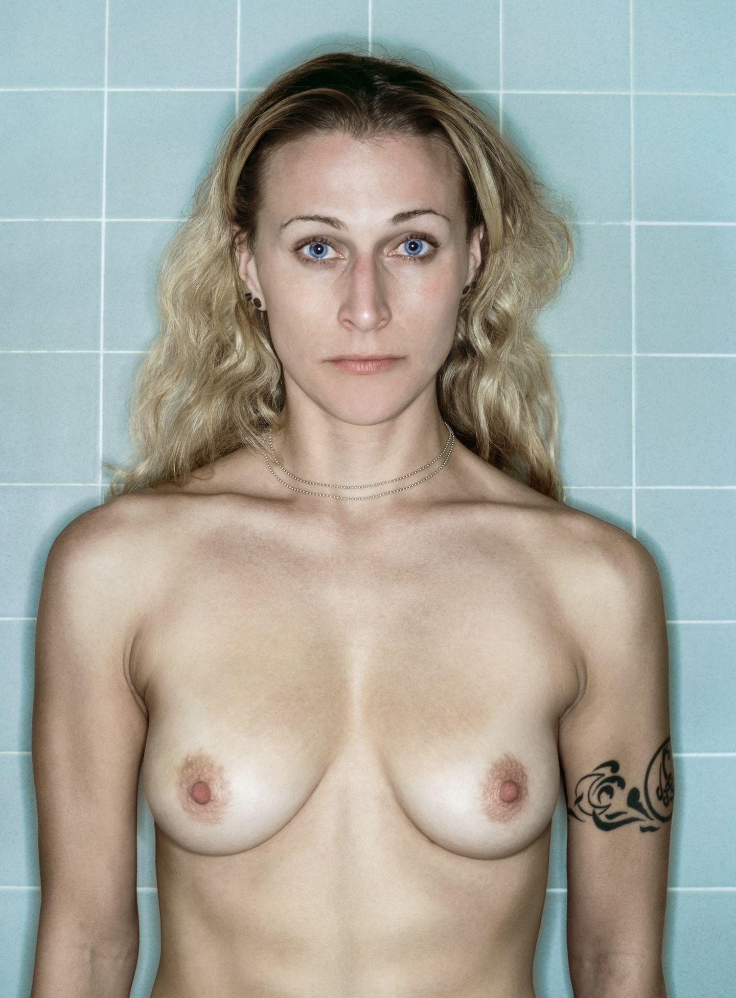 """2005 bekam die Fotografin Kerry Mansfield aus San Francisco die Diagnose: Brustkrebs. Wie damit umgehen? Mansfield wählte den künstlerischen Weg. Sie stellte ihre Kamera im Badezimmer auf, ging mit dem Auslöser in der Hand in ihre Duschkabine und drückte ab. Durch das Fotografieren bekam jeder noch so flüchtige Augenblick etwas Beständiges für Mansfield, Rückschläge eingeschlossen. Anderthalb Jahre dokumentierte sie so ihren qualvollen Weg durch die Therapie. Die kalten, blauen Badezimmerkacheln symbolisieren die Kälte und Sterilität der medizinischen Behandlungsroutine. Atemberaubende Erinnerungen und der Blick nach vorn Nach einer erfolgreichen Behandlung inklusive Brustamputation entschloss sich Kerry Mansfield 2007, ihre Fotos zu veröffentlichen. Ein Entschluss, den sie immer ein wenig bereute. Beim Betrachten der Fotos legt sich ein Gefühl über sie, das sie als den """"dunklen Schleier der Chemo"""" beschreibt und ihr den Atem raubt. Doch durch die Veröffentlichung der Fotoserie wurde sie bekannter, schuf weitere, auch sozial-kritische Arbeiten, die umjubelt wurden. Daneben schrieb sie Bücher. Durch """"Aftermath: Battling Breast Cancer"""" hat die Fotografin gelernt, auf den Bildern die Frau zu sehen, mit der sie sich auch im Hier und Jetzt identifizieren kann. Sie sagt: """"Alles in allem bin ich eine glückliche Person."""""""