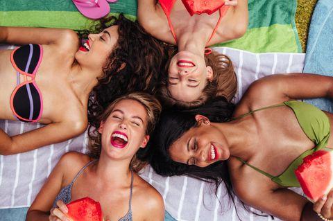 Bikinitrend: Frauen am Strand