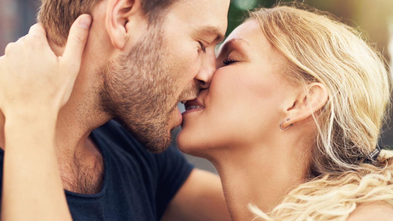 Mädchen Tief Zunge Küssen