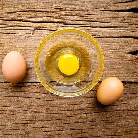 Eierschale aus dem Eiweiß entfernen