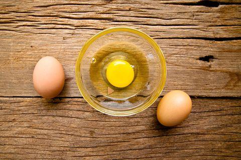 Der ultimative Life Hack: SO entfernt ihr die Eierschale aus dem Eiweiß