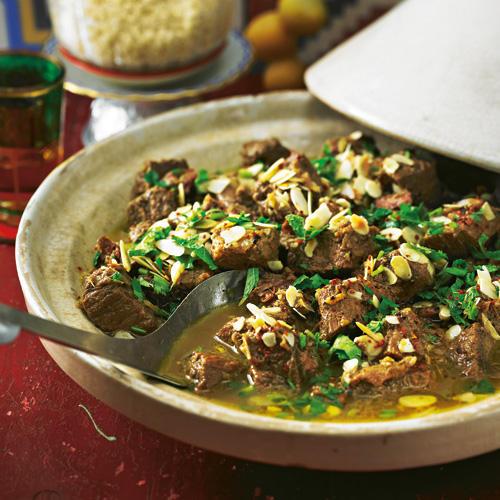 Im nordafrikanischen Schmortopf (ein Bräter tut's aber auch) köchelt das Rind mit Datteln, Ingwer, Safran und anderen feinen Sachen. Zum Rezept: Schmorfleisch aus der Tajine