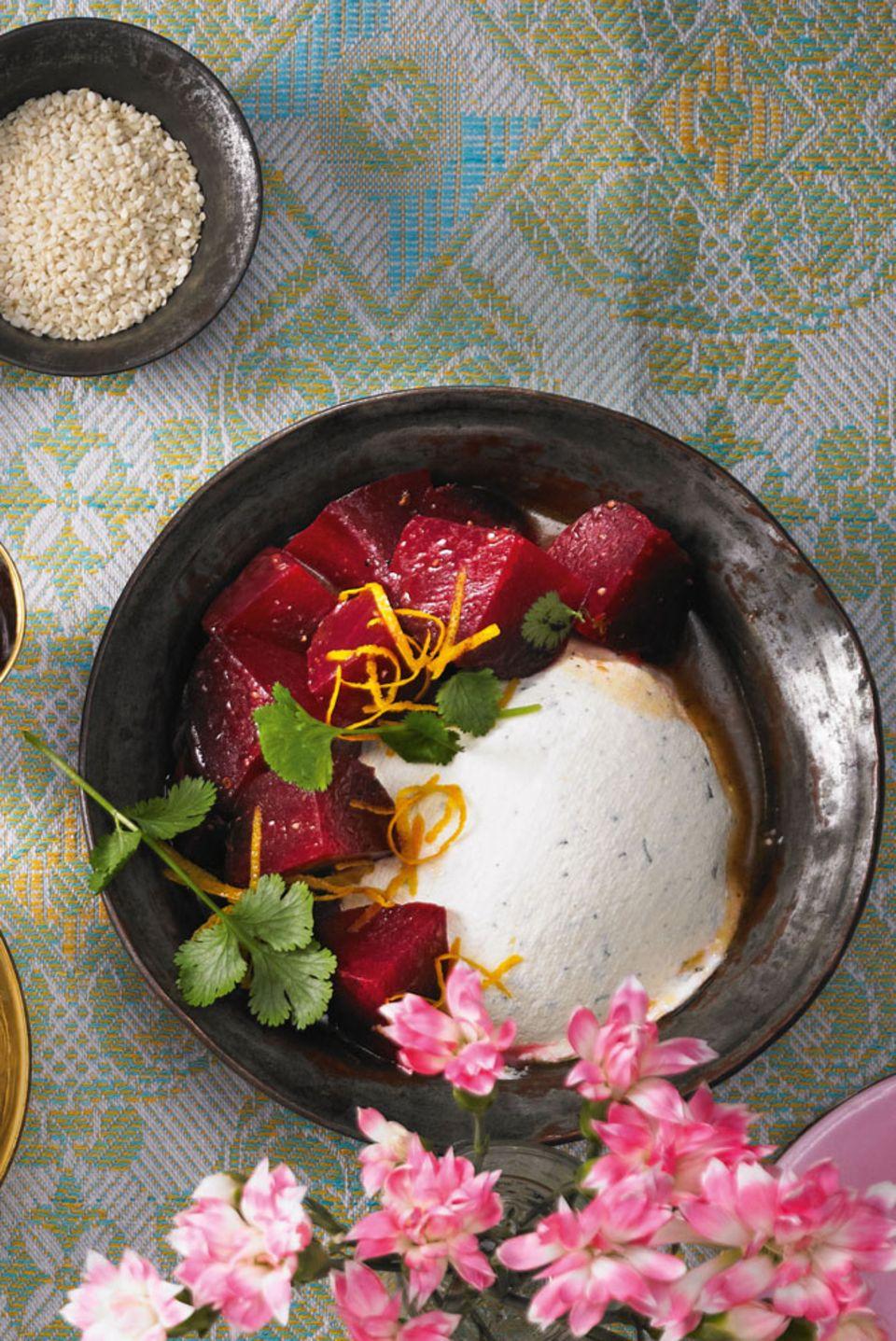 Orange, Honig, Öl und Koriander machen die Rübe zur Exotin. Zum Rezept: Rote Bete mit Zitronen-Frischkäse