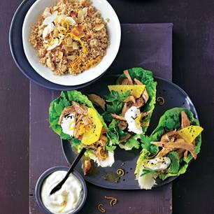 Kleine Details für Riesengenuss: Das Fleisch reiben wir vor dem Schmoren mit Orangenbutter ein, Salat gibt knackig das Drumrum. Und der Couscous? Dinkel-Vollkorn - eine Entdeckung! Zum Rezept: Lamm-Wrap und Mandel-Couscous