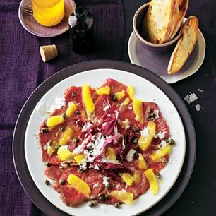 Nussige Noten von Rind und Kapern, würziger Käse, leicht bitterer Radicchio, dazu fruchtige Süße: eine wunderbare Winter-Komposition! Zum Rezept: Rinder-Carpaccio mit Orangen und Manchego