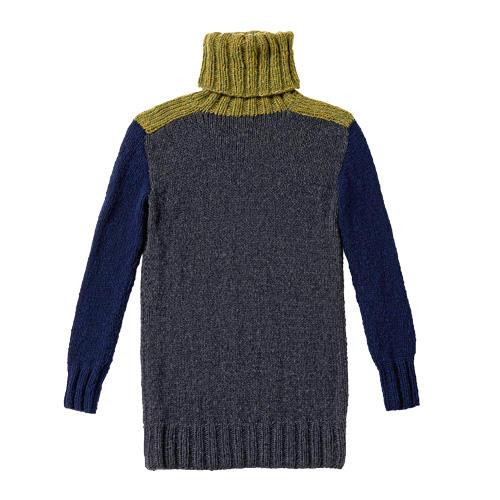 Überlang, aus Merinowolle und mit abgesetzten Schulterpartien und Ärmeln. Zur Strickanleitung: Dreifarbigen Pullover stricken