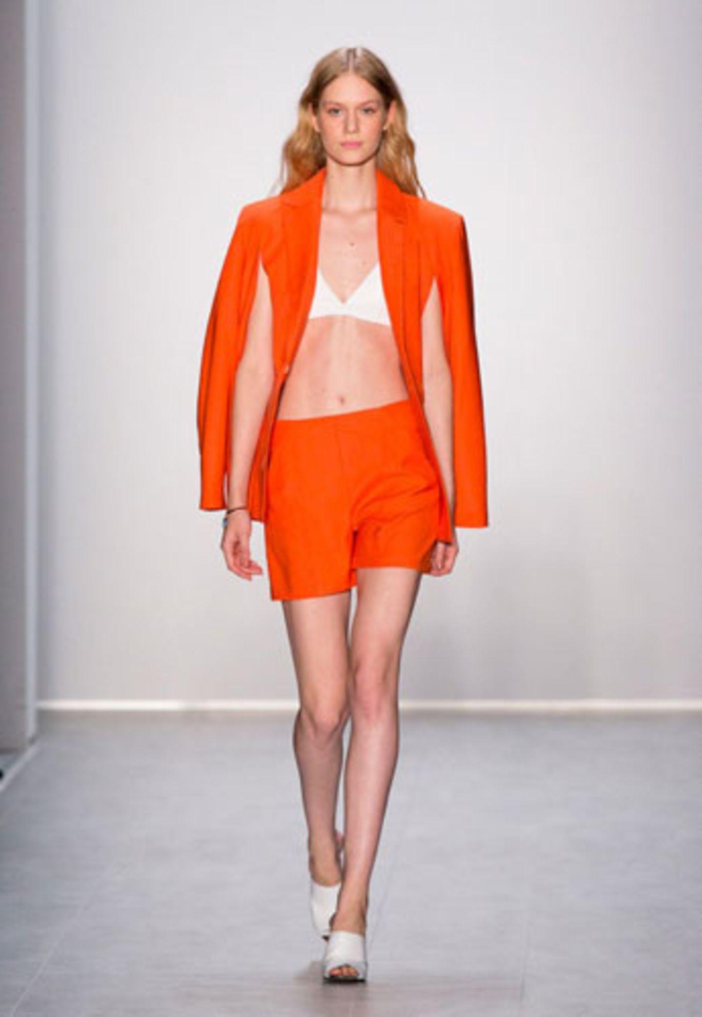 Eine Farbe, die wir diese Sommersaison überall sehen werden: Orange! Hier auf dem Laufsteg bei Malaikaraiss.
