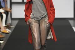 Bei Dawid Tomaszewski gibt es einen roten Mantel zu sehen.