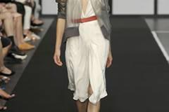 Noch alltagstauglicher: die transparente Jacke, die Designer Dawid Tomaszewski designt hat.