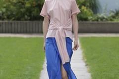 Das Designerduo Perret Schaad plädiert ebenfalls für Rosé. Der Farbkontrast dazu: ein leuchtendes Azurblau.