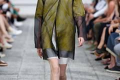 Der Designer Vladimir Karaleev, der in Japan sehr erfolgreich ist, schickt ein Model in einem transparenten Mantel über den Runway.