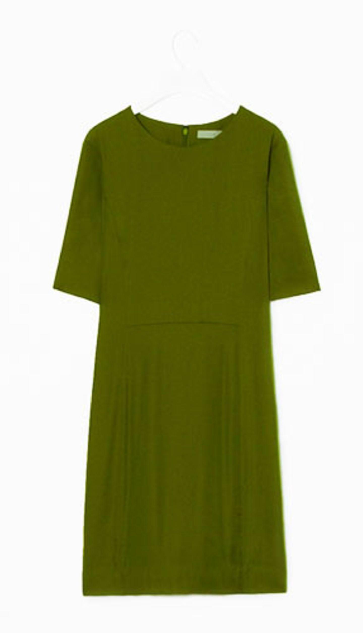 """Sommer-Accessoires: """"Grün grün grün sind alle meine Kleider..."""" Auch wenn Ihr Schatz kein Jäger ist, werden Sie in diesem knielangen, leicht tailliertem Kleid aus Jersey überall eine gute Figur machen. Von Cos, um 79 Euro."""