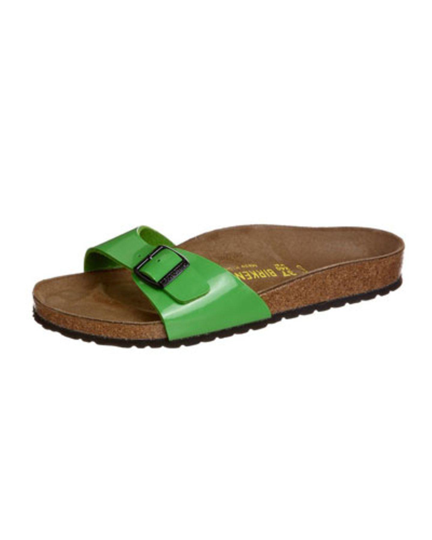Sommer-Accessoires: Wir sind von Kopf bis Fuß auf Grün eingestellt. Die Pantolette mit grünem Lack-Riemen sieht nicht nur gut aus, sie ist auch bequem. Das Fußbett aus Naturkork und die komfortable Laufsohle tragen müde Füße lässig durch den Sommer. Um 40 Euro. Bestellen über zalando oder direkt bei Birkenstock.