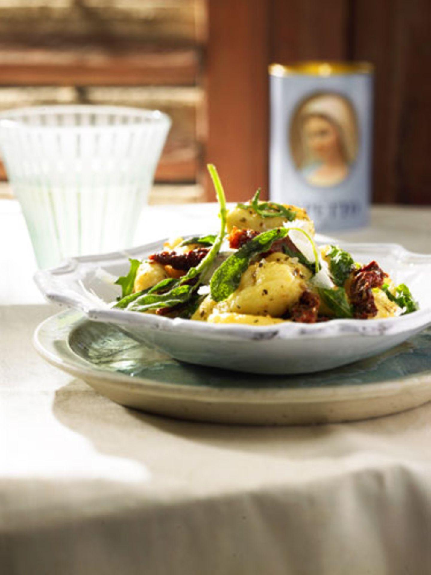 """Sommer-Accessoires: Gehört Salbei für Sie auch in die Kategorie """"Grundgutes""""? Salbeitee hilft bei Halsschmerzen, Salbeibonbons sind tröstliche Begleiter in Jackentaschen. Und natürlich ist Salbei kulinarisch wertvoll, sozusagen das grüne Sahnehäubchen auf den selbstgemachten Gnocchi mit Butter und Parmesan. Rezepte mit Salbei, zum Beispiel Saltimbocca oder Pannfisch mit Tomaten, Spargel und Salbei finden Sie in der in der BRIGITTE.de-Rezeptdatenbank!"""