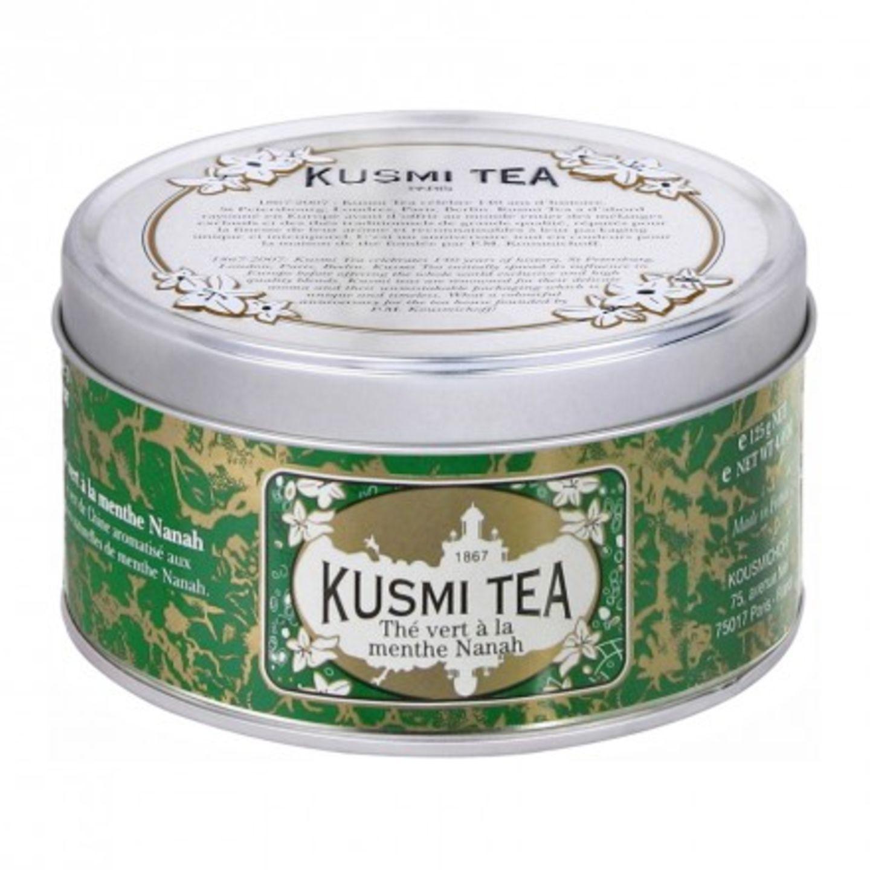 Sommer-Accessoires: An heißen Sommertagen erfrischen und erfreuen uns (lau)warme Getränke. Der grüne Tee mit Nana-Minze ist ein toller Durstlöscher. Die schöne Dose ist luftdicht verschließbar und bewahrt so den grünen Minz-Geschmack. 125 g Tee kosten um 11 Euro. Zu bestellen bei kusmi tea.