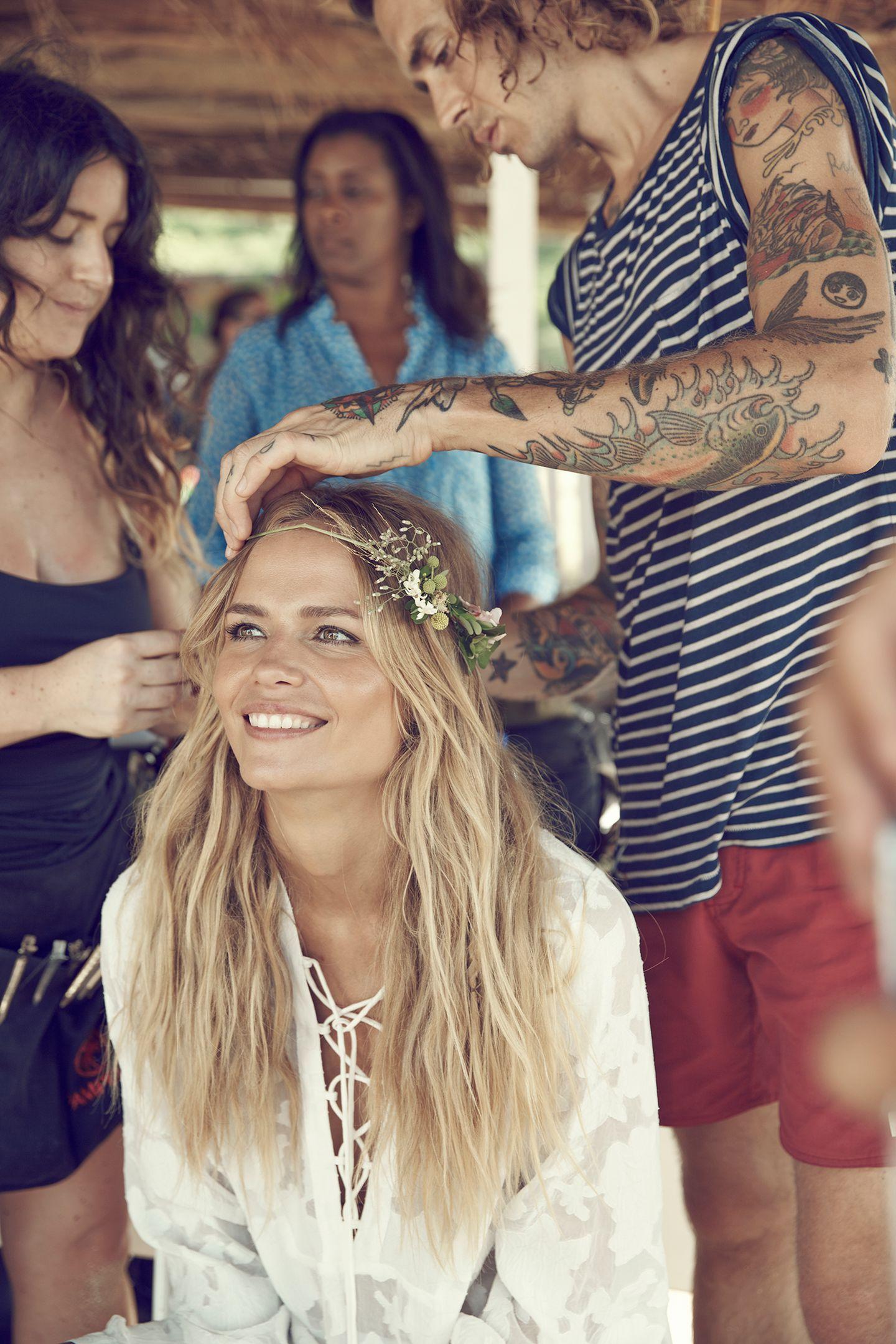 Blumen im Haar, ein strahlendes Lächeln auf den Lippen und die Sonne im Herzen: das niederländische Topmodel Doutzen Kroes .
