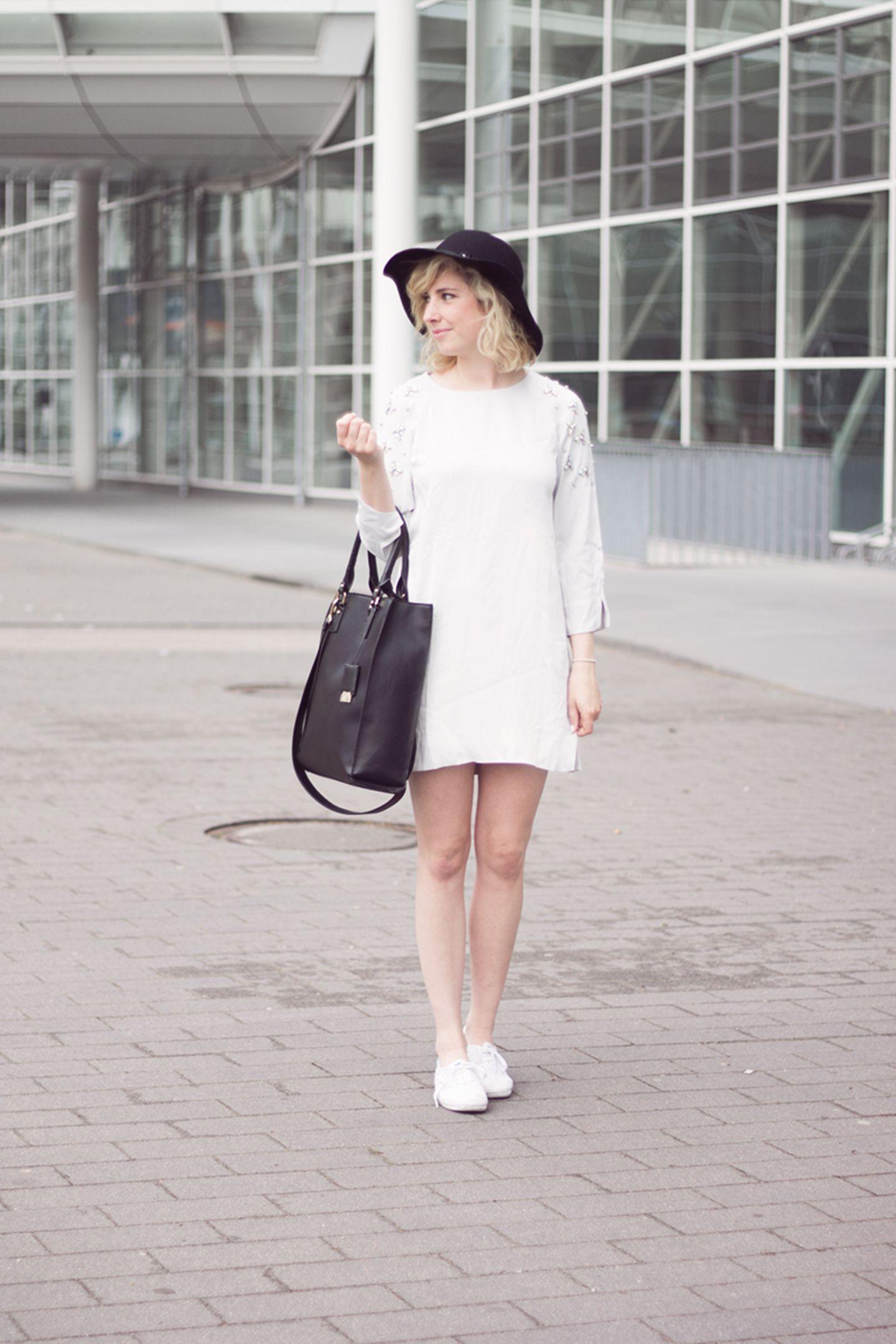 Sängerin und Mode-BloggerinJoleena setzt im Sommer auf große Hüte, die perfekt vor der Sonne schützen und ein stylisches Acccessoire zu jedem Outfit abgeben.