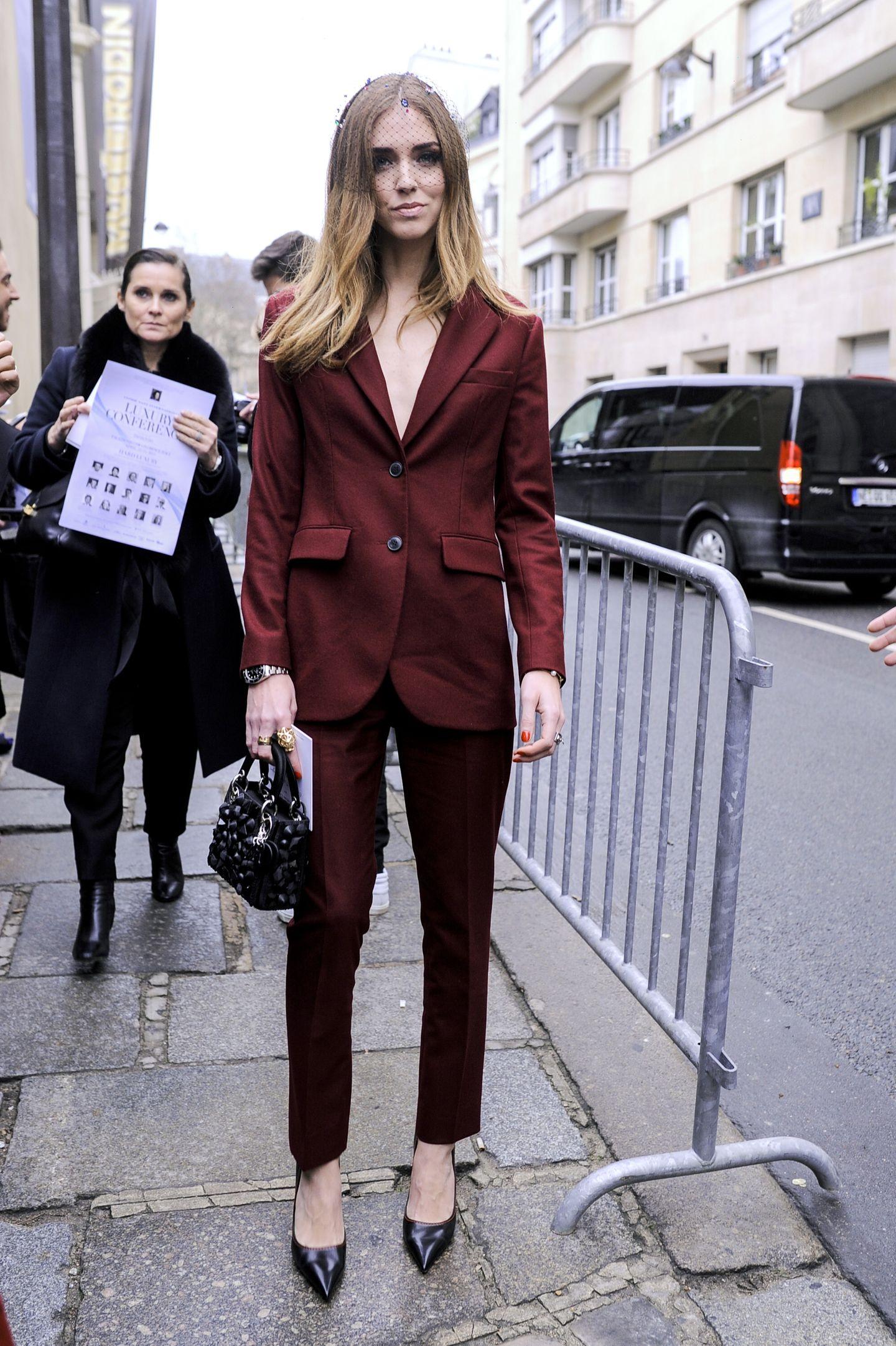 Ob bunt oder schlicht: Zweiteiler sind für Frau ein Muss! Chiara Ferragni trägt ihn ohne Shirt unter dem Blazer und das sieht unheimlich lässig und sexy aus.