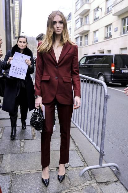 Trend-Check: Ob bunt oder schlicht: Zweiteiler sind für Frau ein Muss! Chiara Ferragni trägt ihn ohne Shirt unter dem Blazer und das sieht unheimlich lässig und sexy aus.
