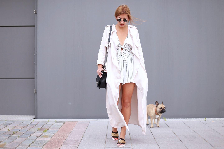 """Frenchie-Hündin Summer und Frauchen Aylin sieht man fast immer nur zu zweit durch die Straßen Hamburgs laufen. Obwohl Summer das zeitloseste """"Accessoire"""" überhaupt ist, muss man natürlich trotzdem Aylins stylischem Outfit die verdiente Aufmerksamkeit schenken: """"Im Sommer trage ich sehr gerne Weiß. Im Kleiderschrank dürfen zudem Jumpsuits und lange Trenchcoats nicht fehlen, sie verleihen jedem Outfit das gewisse Etwas und können schnell stylisch aussehen."""""""