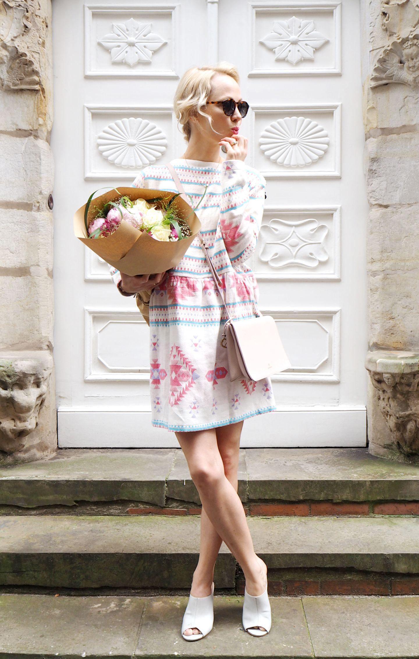 """Kathrin von Wunschfrei liebt ihr Kleid von Johanna Junker mit dem marokkanischem Muster: """"Man kann es dank des dicken Baumwollstoffes im Sommer sowie Winter tragen, das macht es für mich für das perfekte Must-Have! Ausserdem erinnert es während trüben Tagen an vergangende Sommerabende!"""""""