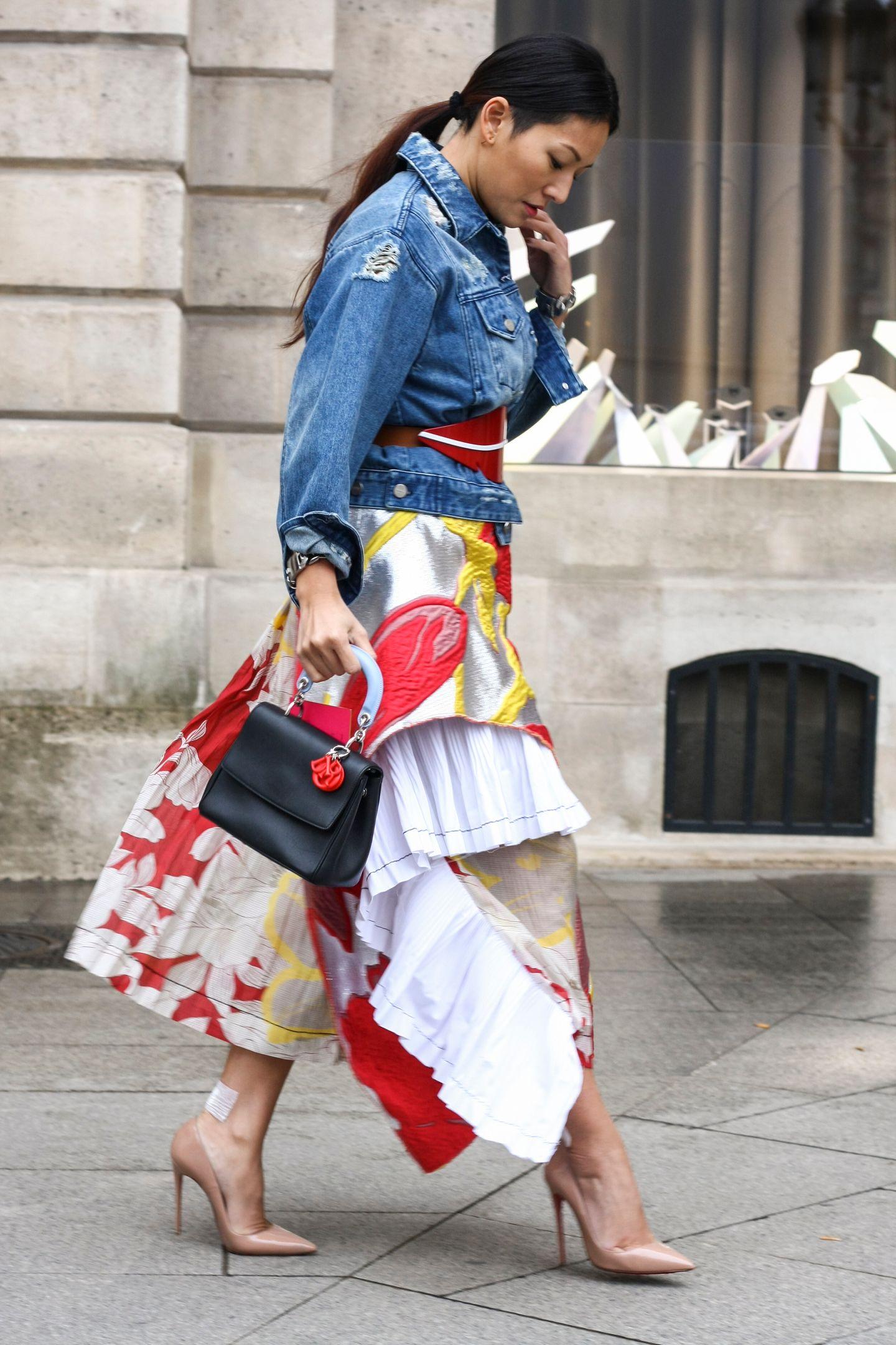 """Jeansjacken sind nicht wegzudenken, hier """"très élégant"""" kombiniert auf den Straßen von Paris."""