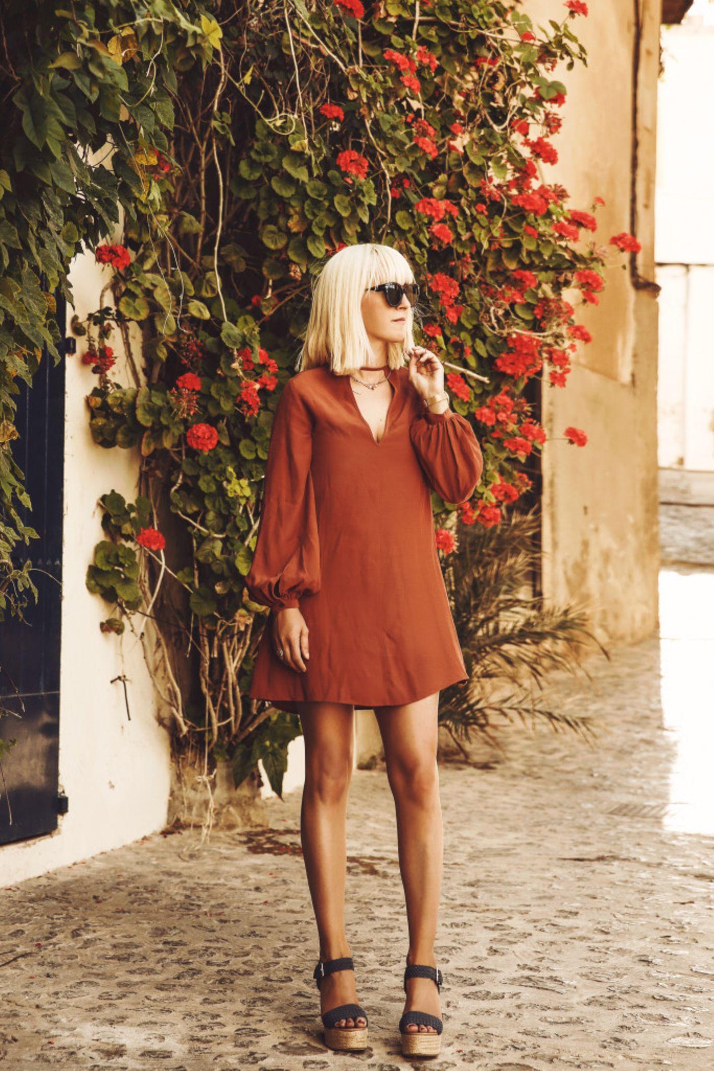 Auch Tanja gehört zum Blogger Bazaar-Trio dazu. Sie setzt auf Tulpenärmel und Wedges und wir feiern die Kombi im mediterranen Ambiente.