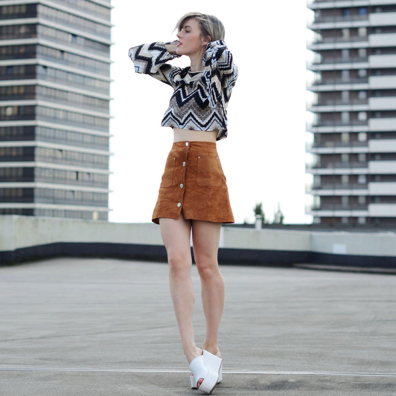 Vicky Wanka hat diesen Sommer den 60s Trend aufgegriffen und liebt A-Linien Röcke aus Leder oder Denim und ausgestellte Ärmel.