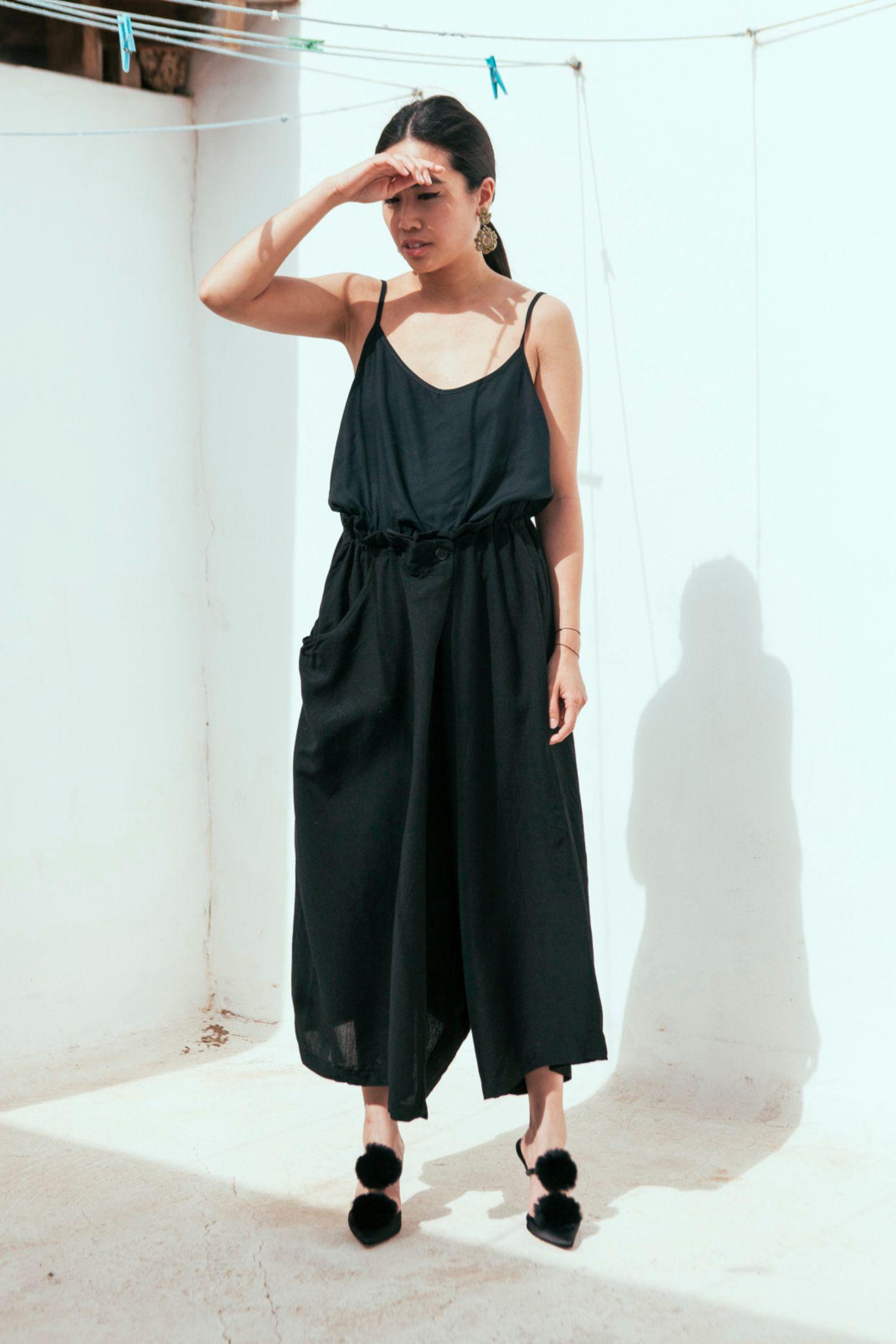 Designerin und Bloggerin Alice trägt auf ihrem Blog und im Alltag ausschließlich Schwarz – passt das in den Sommer? Auf jeden Fall! Sie favorisiert dabei weite Schnitte, bindet ihre Haare gerne zu einem strengen Zopf, dazu dunkle Lippen.
