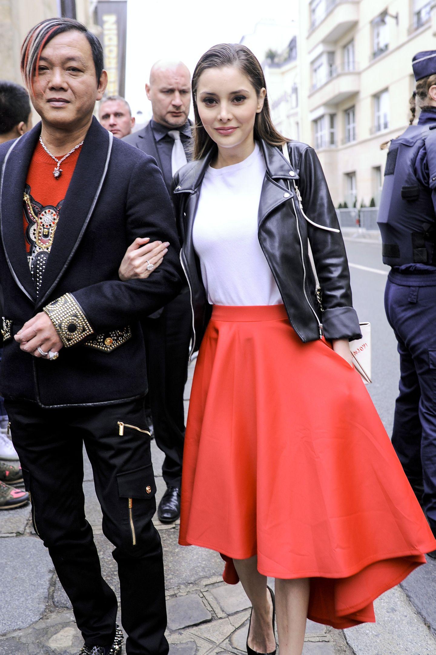 Ausgestellte Midi-Röcke in knalligen Farben sehen wir gerade besonders gerne und oft. Hier schlicht kombiniert zu einem weißen Shirt und schwarzer Biker-Jacke.