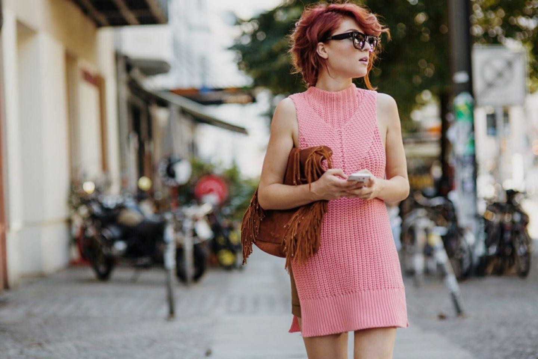 """""""Diese Saison und auch auf vielen Shows für das kommende Jahr ist unfassbar viel Sommer-Strick zu sehen. Webmaterialien und kurzärmlige und ärmellose Strickteile oder Sets mit Shorts sind total im Trend. Luftig wirken sie durch Bonbon-Farben wie mein Piece von Edited.de, welches ich während der Fashion Week getragen habe."""", verrät Lisa, die zum Blogger Bazaar-Team gehört. Uns gefällt der rosa Strick zu der roten Mähne besonders gut!"""