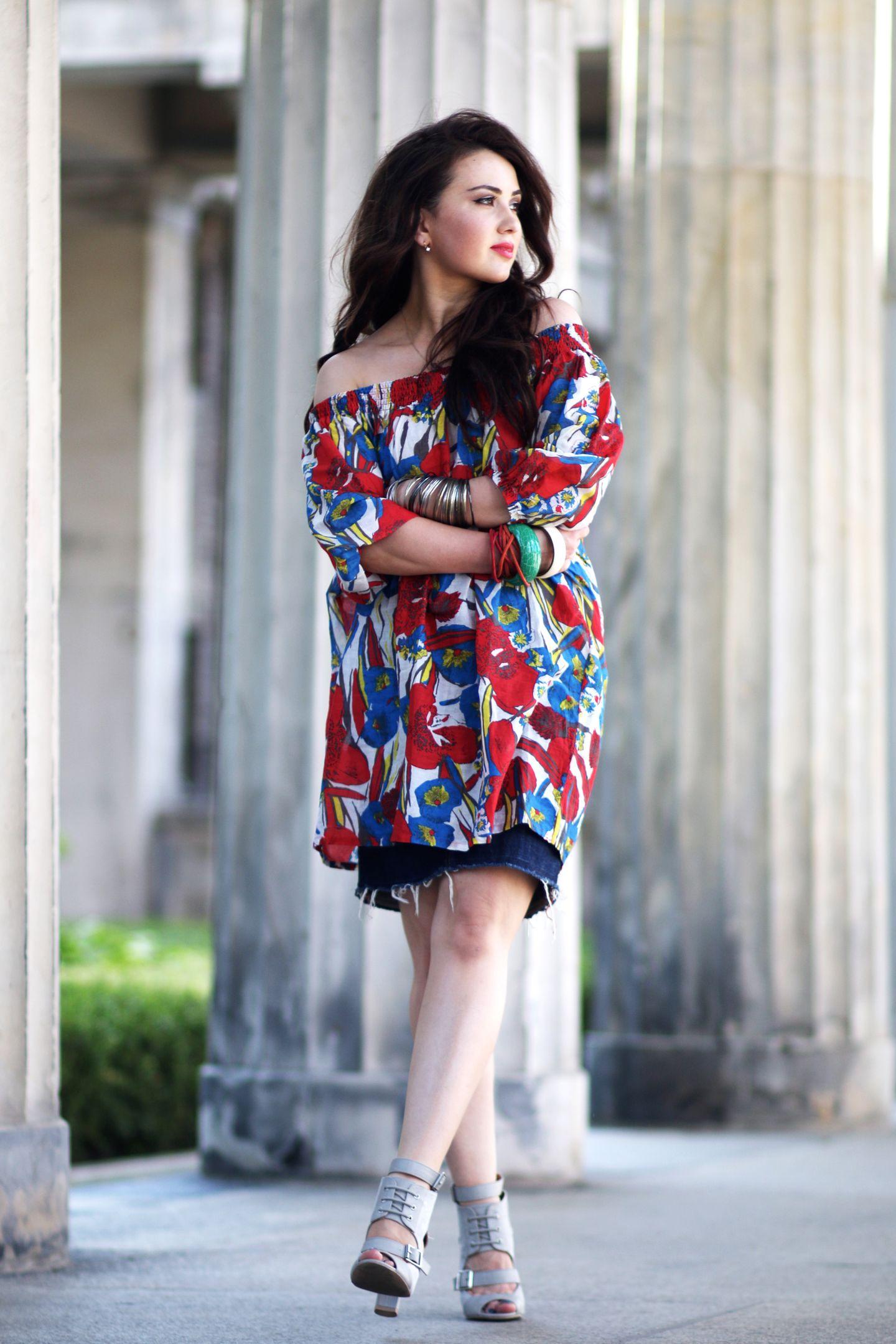 Leni von For The Story vereint gleich mehrere Trends in einem Outfit: cooler Denim-Skirt, Off-Shoulder Dress und große Blumenprints. Wir finden: sieht super aus und schreit nach Sommer!