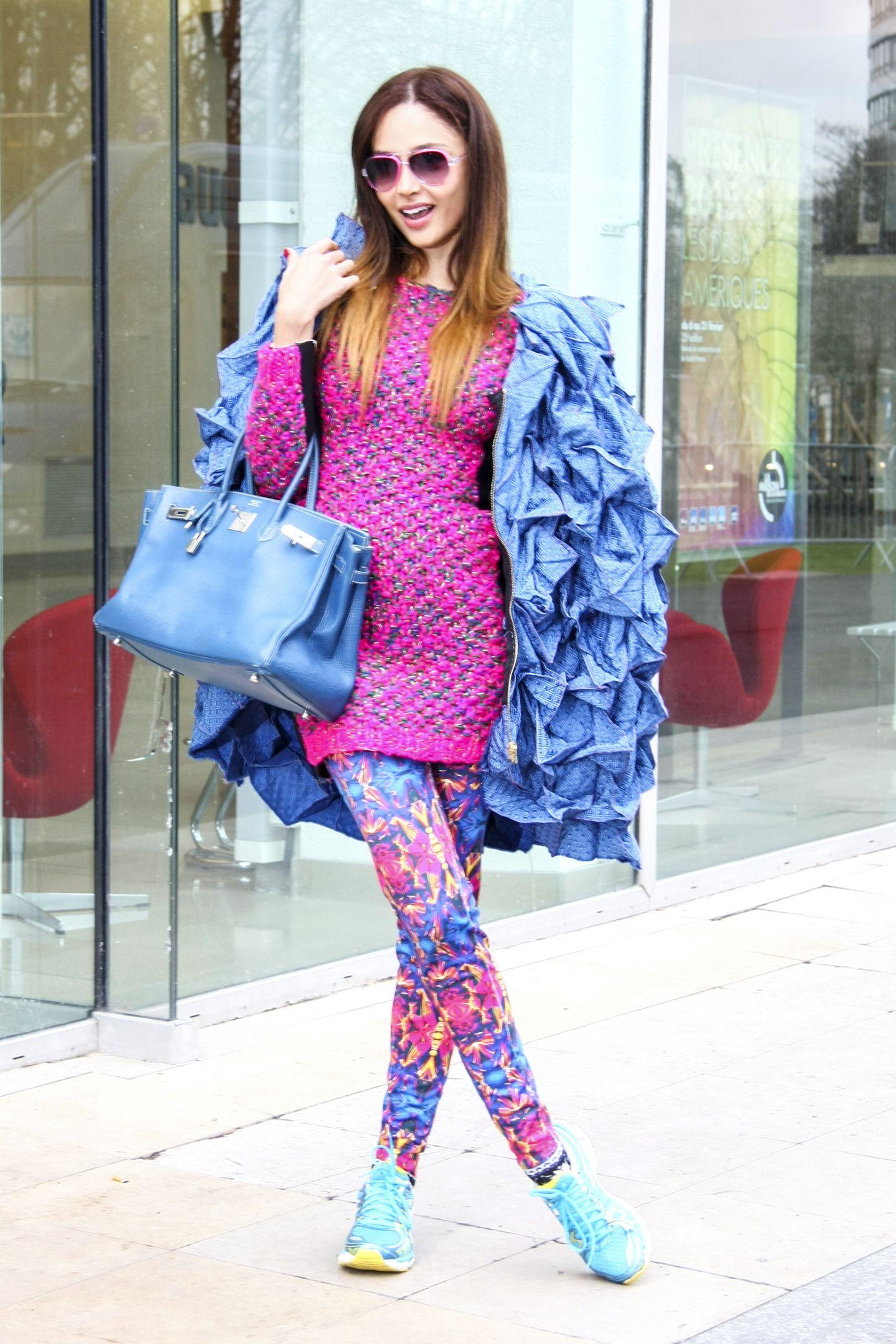 Hauptsache bunt! Von einer blauen, dekonstruierten Jacke, über einen pinken Strickpulli, gemusterten Leggings und türkisen Sneakern. Der Sommer kann kommen!