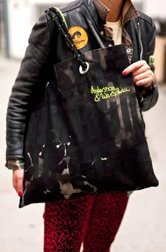 Streetstyle: Jetzt wissen wir auch, wozu Birgid das Neongarn braucht: Um ihre selbstgemachte Handtasche mit dem Logo Andersson & Warschau zu versehen.