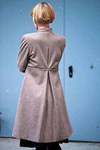 """Streetstyle: """"Meine Stücke sind nicht laut, ich mag klare Schnitte mit überraschenden Details"""", erklärt die Designerin. Bestes Beispiel: Der schlichte graue Wollmantel mit besonderen Bewegungsfalten am Rücken."""