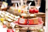 Zu den beliebtesten Honig-Varianten zählen aktuell Lebkuchen und Minze. Mehr über den Honig vom Bauernhof und die Imkerin Agnes Flügel lesen Sie in dieser Geschichte aus der BRIGITTE WOMAN.