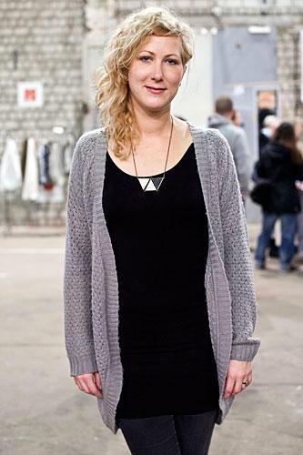 Streetstyle: Leela verarbeitet in ihrem Atelier weiches Leder zu Taschen, Geldbörsen und Schmuck. Die Haptik ist ihr dabei besonders wichtig.
