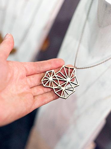 Streetstyle: Für ihre Entwürfe lässt sie sich von der Natur inspirieren. Zunächst entstehen Skizzen, dann werden die Muster mithilfe einer Maschine in Holzstücke gelasert.