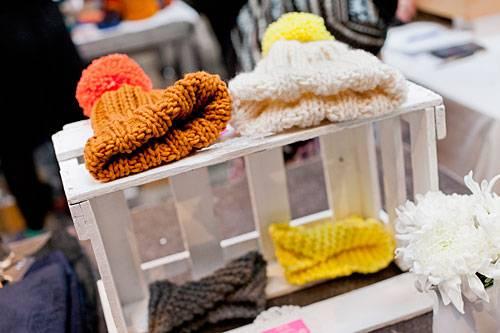 Streetstyle: Unter dem Namen Woolheart verkauft Anna-Lena selbstgestrickte Wollmützen und Stirnbänder - gern mit knalligen Neon-Akzenten.