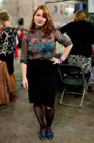 Streetstyle: Coole Bluse, coole Schuhe, coole Pose: Anna ist aus Berlin nach Hamburg gereist, um Werbung für die Leporello-Fotoalben ihres Open-Design-Studios BlinkBlink zu machen.